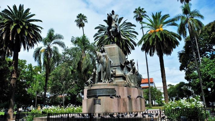 mit den riesigen Bäumen und seiner ebenfalls riesigen Statue...