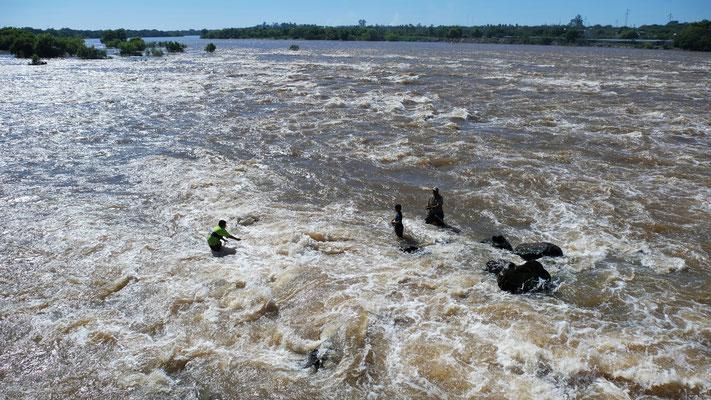 Der Vafer mit seinen Söhnen wirft im tosenden Wasser....