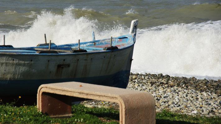 Die  Boote bleiben am Strand