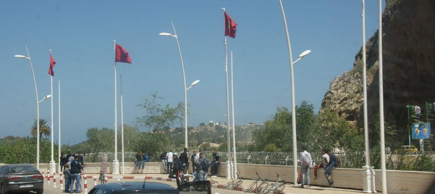 Auf der einen Seite Marokkanische -, auf der anderen Seite Algerische Flaggen