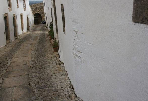 Aber nicht alle passen in die engen Gassen.Die Spuren an der Mauer beweisen es.