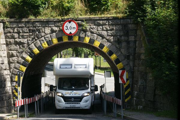 Der Tunnel ist gebogen und somit kein Problem für unseren 3.20 m hohen Camper