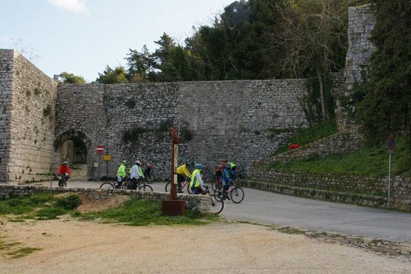 Die sportlichen Radfahrer scheint die Kälte in Erice nicht zu stören