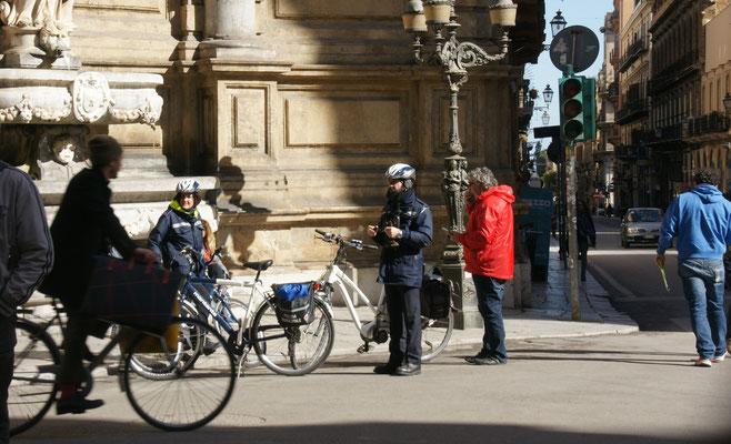Alois fragt bei seinen Fahrradkollegen nach dem Weg zum Fundbüro