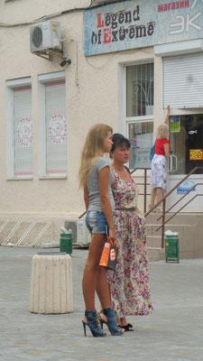 und schöne Frauen in Odessa. Wie schaffen die es bloss mit den Schuhen zu laufen. Ich stolpere bereits mit den Turnschuhen