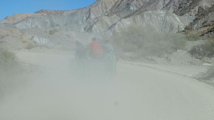 Wir schlucken beim Fahren ins Tal natürlich wieder Staub...