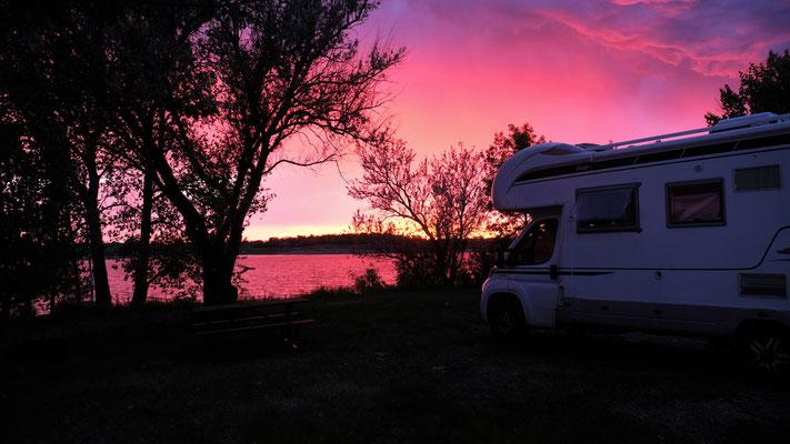 Wir stehen nun in der ersten Reihe, geniessen den prachtvollen Sonnenuntergang bevor sich ein neuerliches Gewitter über uns entlädt.er