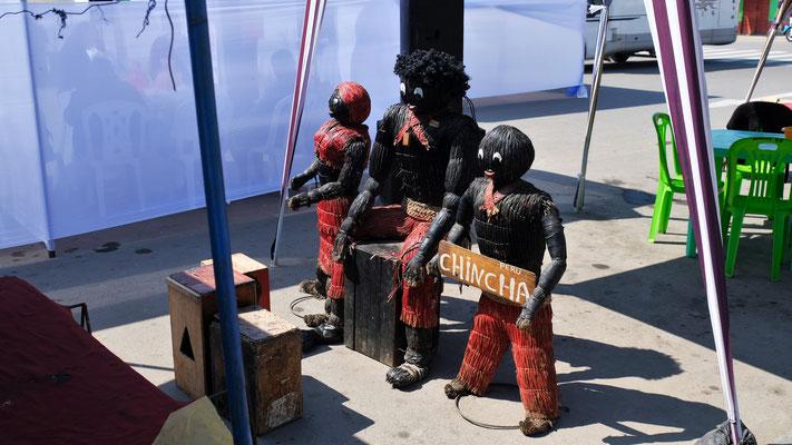 Ueberall sind solche Puppen aufgestellt