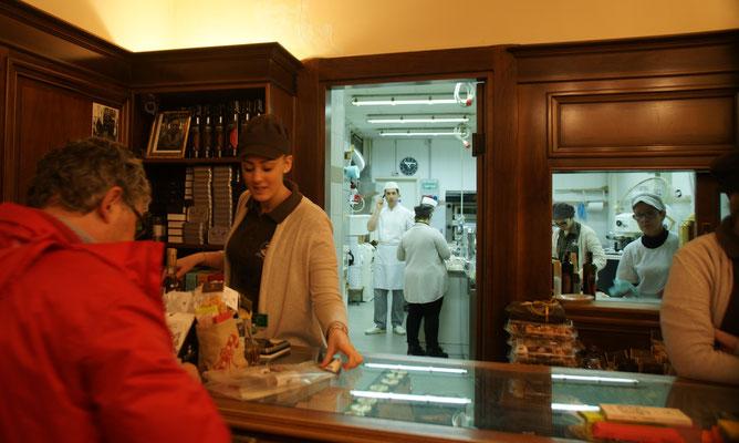 Hinten wird die Schokolade in Handarbeit wie eh und jeh hergestellt