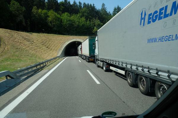 Die armen LKW-Fahrer stehen bereits weit vor dem Tunnel an der Schweizer Grenze.
