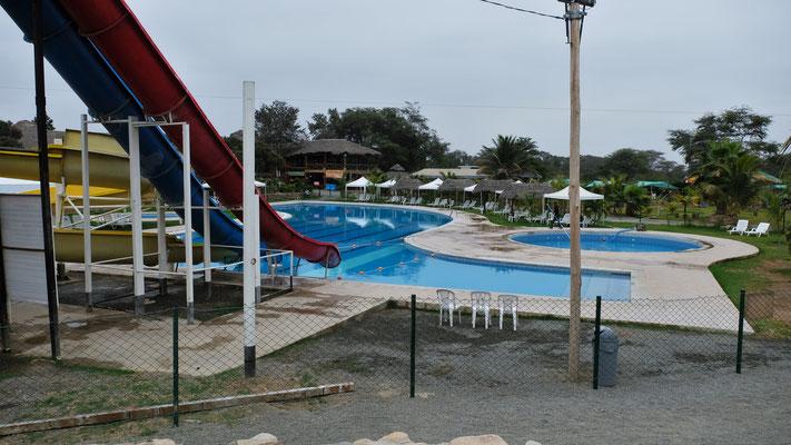 Grosser Pool, der am Nachmittag gut besucht ist.