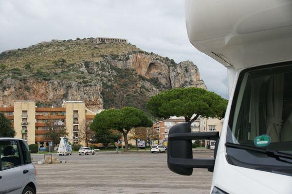 Am Hafen von Terracina mit Blick auf den Felsen und