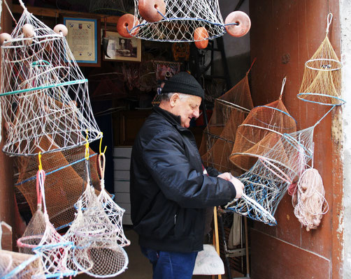 Er erklärt mir die selbsthergestellten Netze und will mir ein Exemplar verkaufen