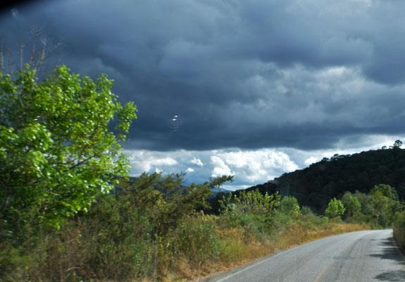 In den Bergen sieht es plötzlich echt bedrohlich aus, aber wir werden verschont.