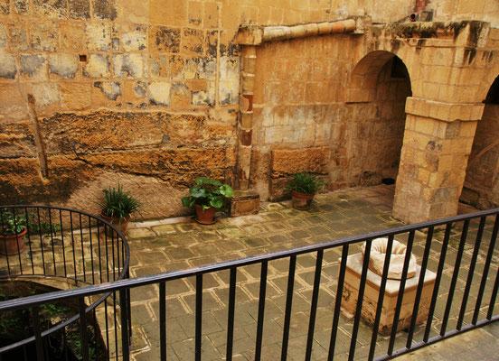 Der kleine hochgeschlossene Innenhof, wo es Wasser und eine Kloake gibt.