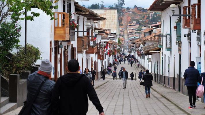 Die lange Fussgängerzone mit den kolonialen Häusern ist reizend