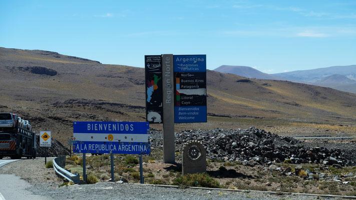 Wir überqueren die Argentinische Grenze aber der Zoll ist noch ein ganzes Stück entfernt