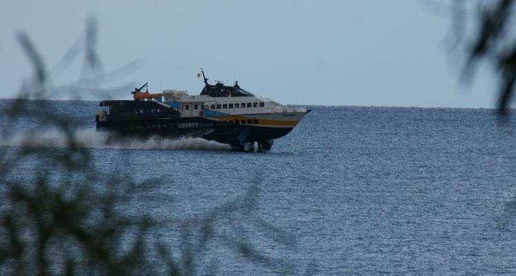 Das schnelle Luftkissenboot kommt von den Inseln
