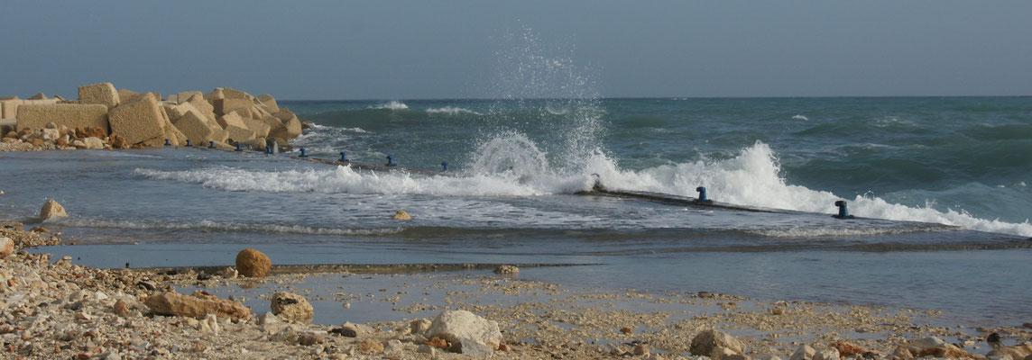 Die Wellen schlagen über die Kaimauern