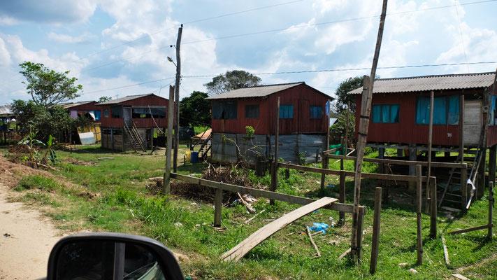 Hier im Amazonasbecken bauen sie ihre Häuser am Fluss wohlweislich auf Stelzen