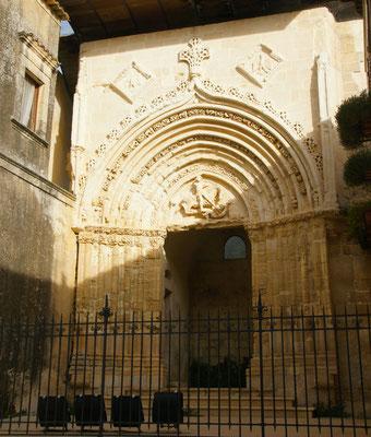 Das alte Tor vom heiligen Georg der den Drachen tötet.