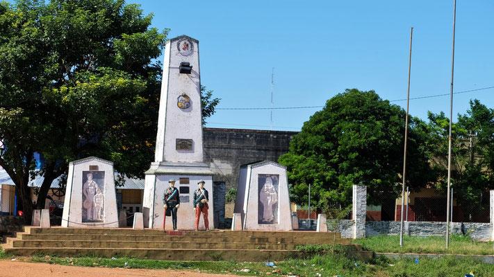 Die Statue ist das Grösste im Hafen von Concepcion
