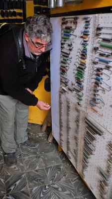 ... sogar die Federn für die Schränke, die sich vom ständigen rütteln, nicht mehr richtig schliessen lassen, gibt es in Rurrenabaque