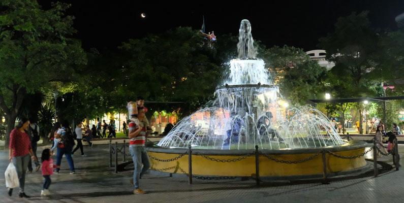 Plaza Libertad bei Nacht