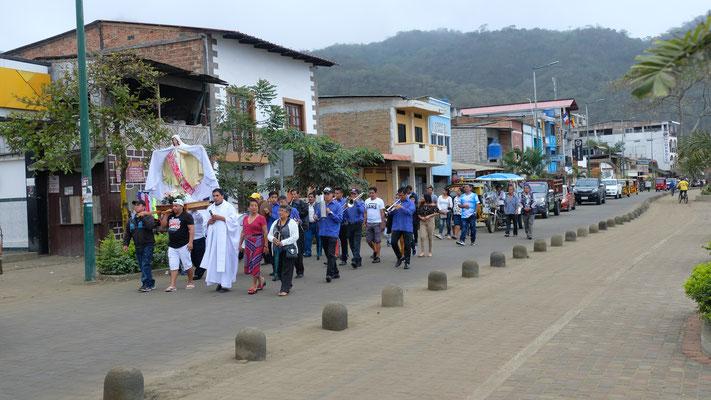 Am Morgen beginnen sie mit der Prozession, welche den ganzen Tag über dauerrt