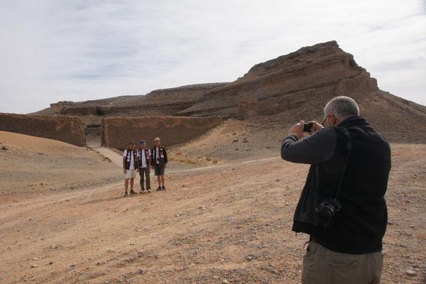 Die Staffs vom Aicha Gazelle Rallye möchten vor dem Tor zum Kraterberg fotografiert werden.