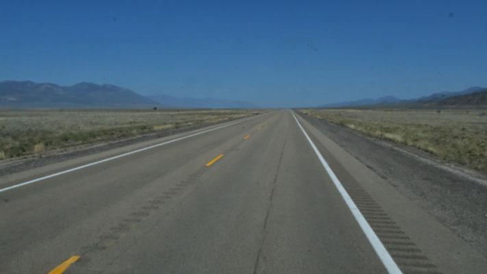 200 km einfach fast schnurgerade durch die Wüste. Morgens um 8.00 Uhr ist es tatsächlich 1 Grad warm.