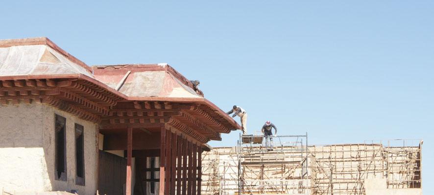 Am chinesischen Tempel wird noch gebaut, wie immer auf sehr abenteuerlichen Gerüsten