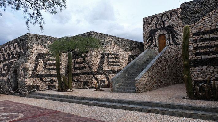 In den Gebäuden Gemälde und Teppiche des Künstlers Hector Cruz