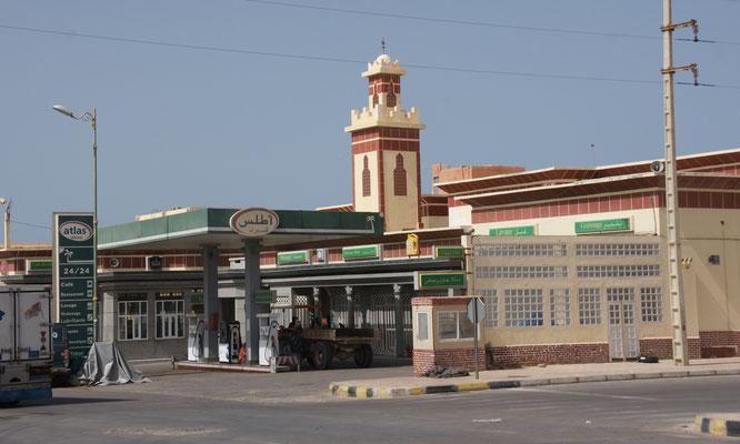 Fast jede Tankstelle hat neben Restaurant und Laden auch eine kleine Moschee, aber ein ganzes Minarett, sehen wir in Boujdour zum erstenmal.