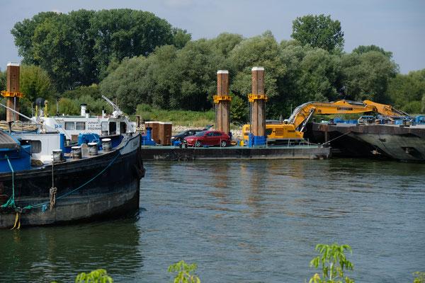 Sogar kreuzen müssen die Schiffe hier an der recht schmalen Donau