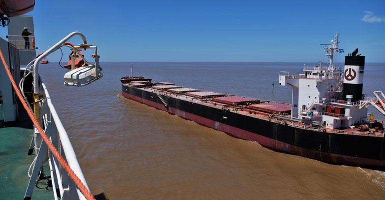 Schiffe kreuzen sich in der sehr schmalen Fahrrinne