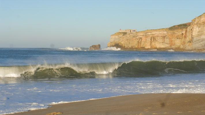 Das Schiffchen wagt sich bis an die Felsen von Sitio