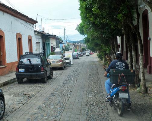 Wieder ein Dorf mit nicht allzubreiter Strasse