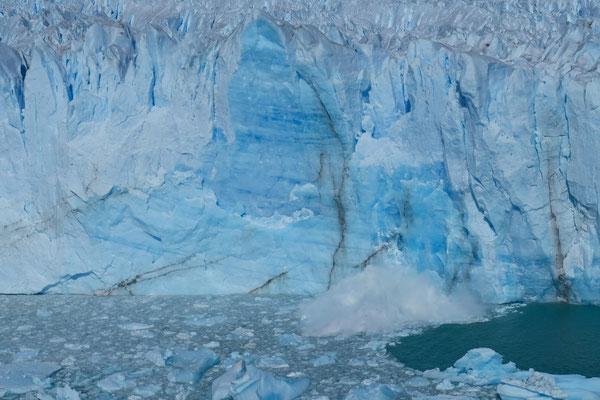 Immer wieder kalbert der Perito Moreno Gletscher und Stücke fallen in den Lago Argentino