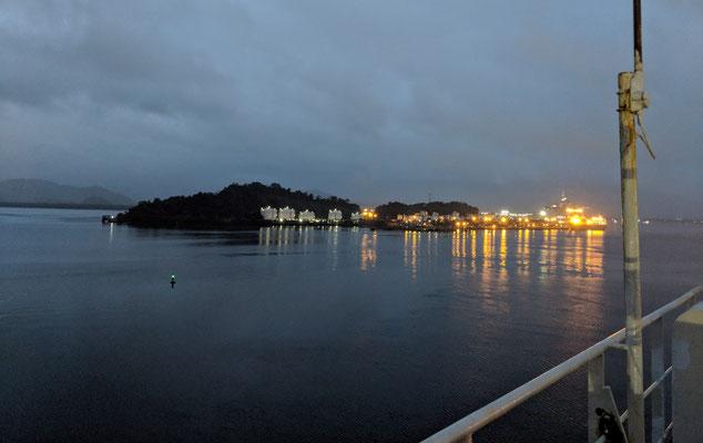 Es ist noch dunkel, bei der Einfahrt in den Hafen von Santos