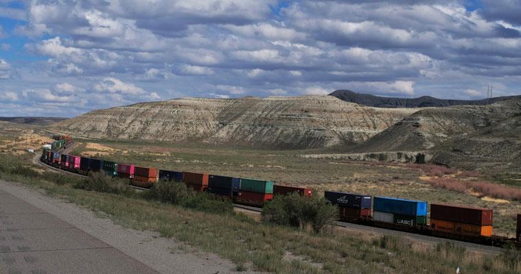 Undendliche lange Züge mit aufgestapelten Containern, die sich ganz gemählich fortbewegen.