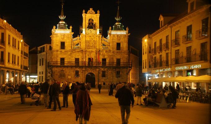 Plaza major mit Glockenturm bei Nacht