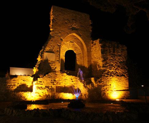 Das Normannentor bei Nacht.