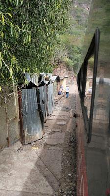 ... an Behausungen die sehr nah an den Gleisen gebaut sind....