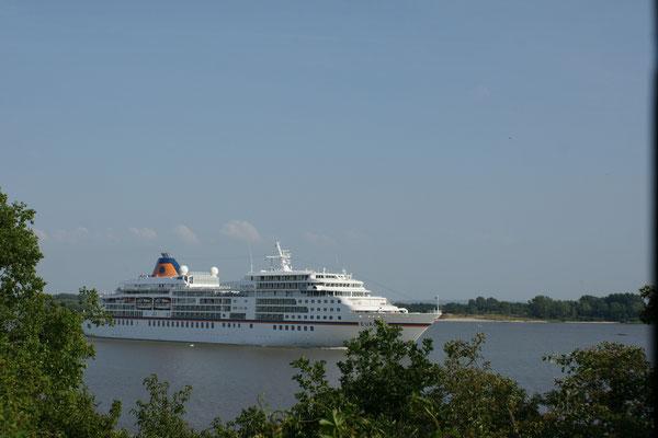Das Kreuzfahrtschiff Europa verlässt Hamburg