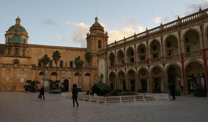 Der grosse Platz mit der Kirche San Guiseppe von Aussen.......