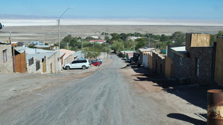 Das Dorf Peine liegt am Hang mit Blick auf die Salzwüste