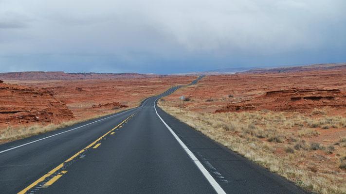 Wir fahren in Richtung Monument Valley und stellen uns zur Tankstelle
