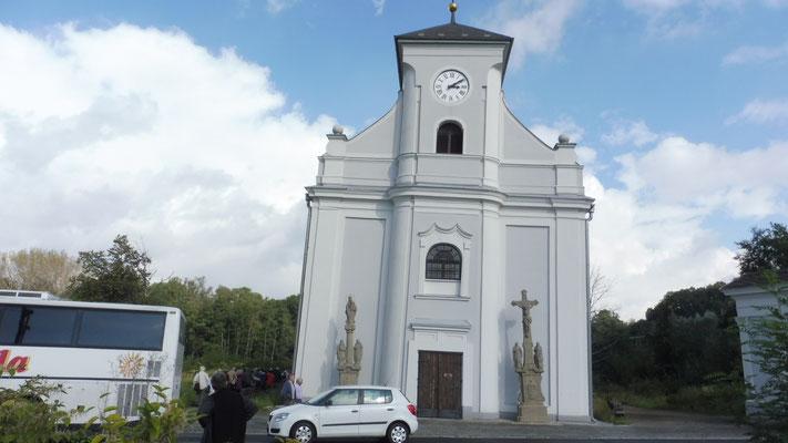 Spannend die schräge Kirche