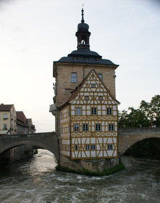 Altes Rathaus mitten im Fluss